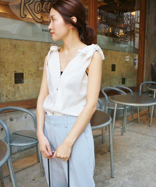 ビジネスカジュアルのNG例3: 露出が激しい服