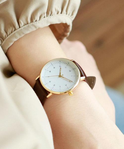 女性のビジネスカジュアル王道コーデ11:シャツ×腕時計