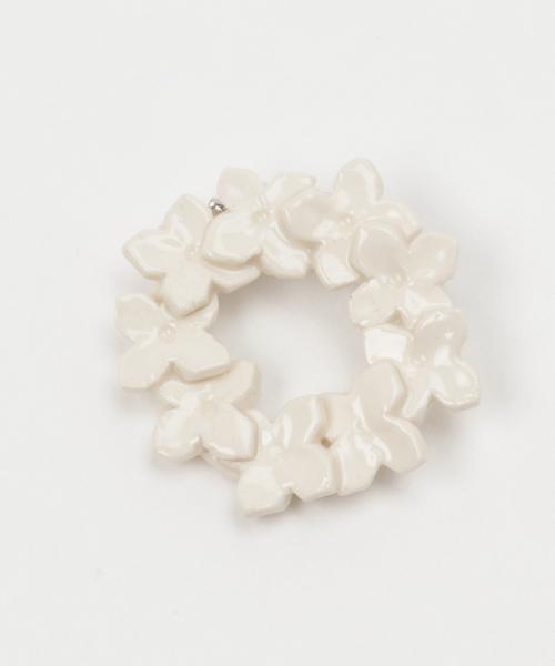 TONE SELECT GOODS(トーンセレクトグッズ)の「IRODORI/花のbroach 〈ニチニチソウ〉(ブローチ/コサージュ)」|ホワイト