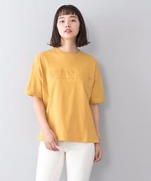 エンボスロゴTシャツ 同色プリント ブランドロゴマスタード