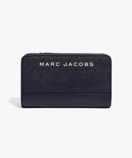 MARC JACOBS(マークジェイコブス)の「SAFFIANO/ブランディッド サフィアノ コンパクト ウォレット(財布)」|ブラック