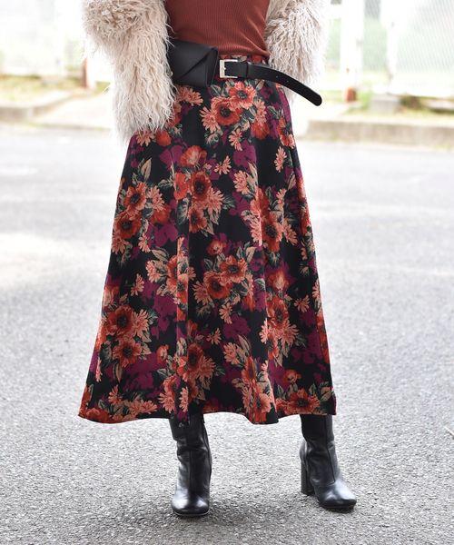 大人カジュアルカラーのフラワーフレアミモレ丈スカート