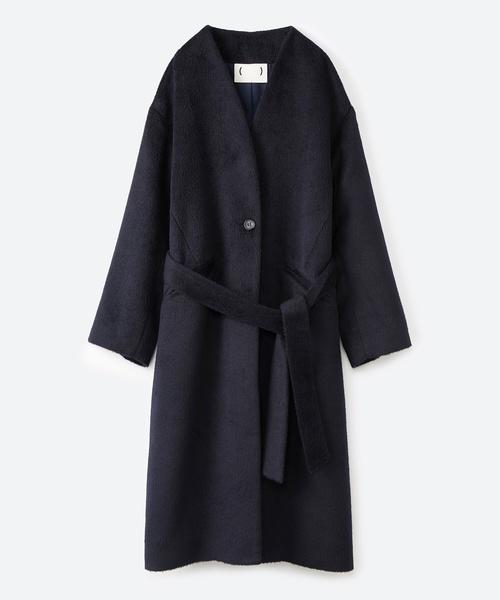 女っぽくもかっこよくも着られるベルトつきノーカラーコート