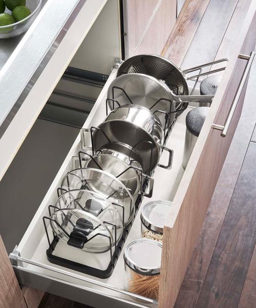 TIMELESS COMFORT(タイムレスコンフォート)の「tower (タワー) シンク下伸縮鍋蓋&フライパンスタンド(キッチンツール)」|ブラック