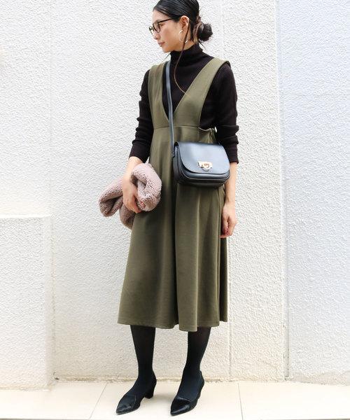 and Me(アンドミー)の「ロング丈ポンチフレアジャンパースカート Vネックワンピース(ジャンパースカート)」|カーキ