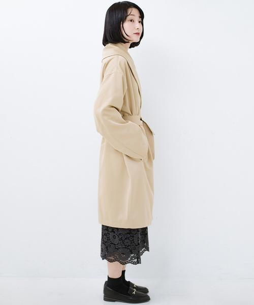 あらゆるものを包み込んでくれる大きめ衿がかわいいコクーンシルエットコート