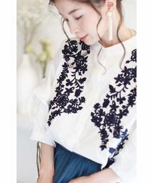 cawaii(カワイイ)の際立つ花刺繍。花びらフリルのポワン袖ブラウストップス(ホワイト)(シャツ/ブラウス)