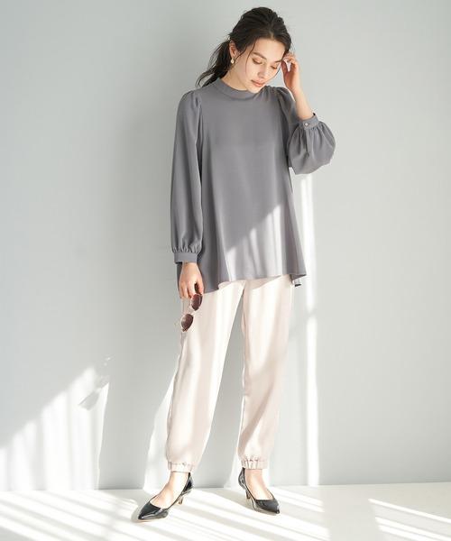グレーブラウス×白系パンツの夏30代コーデ