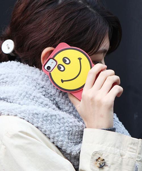 ACCOMMODE(アコモデ)の「ビッグハンサムスマイルiPhoneケース(モバイルケース/カバー)」|ピンク