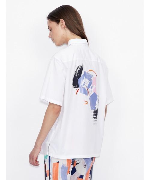 【A|X アルマーニ エクスチェンジ】バックカレイドスコープデザイン 半袖シャツ
