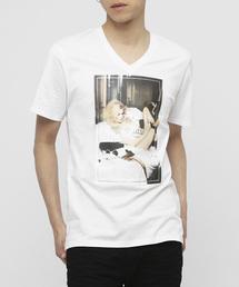 VANQUISH(ヴァンキッシュ)のガールフォトVネックTシャツ(Tシャツ/カットソー)