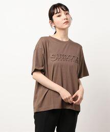 エンボスブランドロゴTシャツ 同色プリントダークブラウン