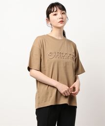 エンボスブランドロゴTシャツ 同色プリントダークベージュ