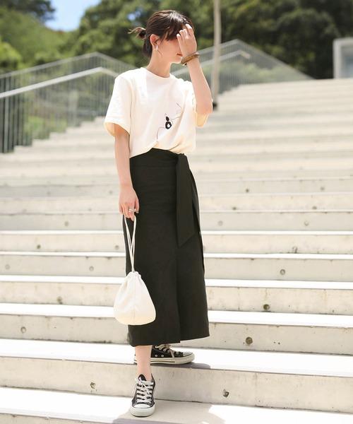 ロングタイトスカート×黒スニーカー