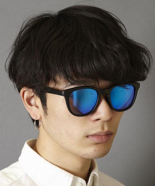 メメントイズムのミラーレンズサングラスをかける男性の画像