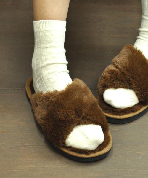 AAA+(サンエープラス)の「ふわっふわのファーが暖かくて快適な履き心地♪!軽くて歩きやすいフラットヒールファーサンダル/3536(サンダル)」|ブラウン