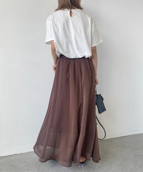 ルーズトップス×ブラウンスカート