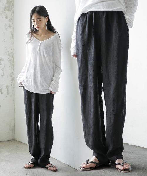 UNE MANSION(ユヌマンション)の「しわ加工ウエストゴムポケット付きテーパードシルエットサテンパンツ(その他パンツ)」 ブラック