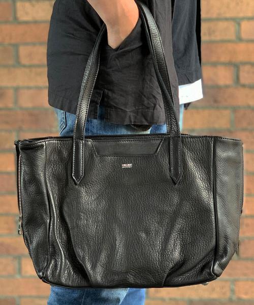 DECADE(ディケイド)の「オイルドカウレザー・トートバッグ(S) DECADE(No-01171) Oiled Cow Leather Side ZipTote Bag ディケイド くったりトート(トートバッグ)」 ブラック