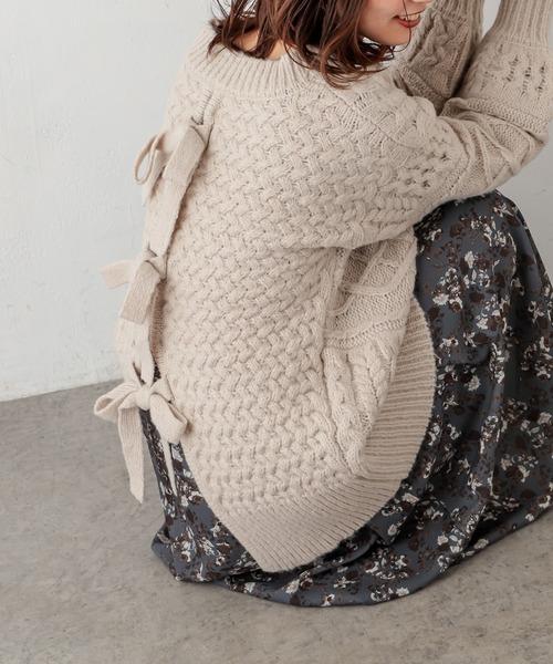 natural couture(ナチュラルクチュール)の「【WEB限定カラー有り】キャッチーなバックリボンケーブルニット(ニット/セーター)」|オフホワイト