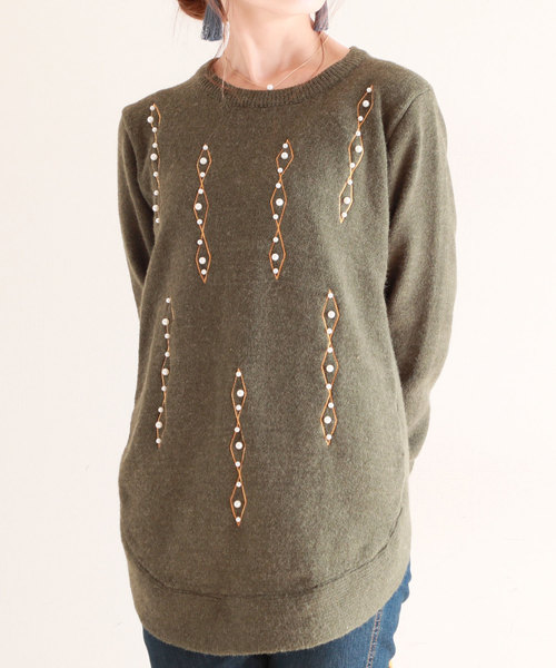 刺繍とパールの丸裾ニットトップス