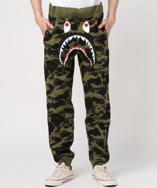 A BATHING APE(アベイシングエイプ)の「1ST CAMO SHARK SLIM SWEAT PANTS M(パンツ)」|グリーン