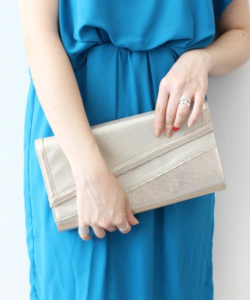 Jines(ジネス)の「【結婚式 ワンピース/二次会/ドレス】斜めフラップ シャイニー ボーダー パーティーバッグ(クラッチバッグ)」|ゴールド